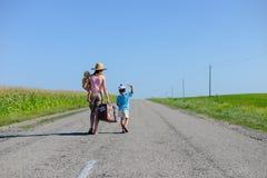 Silhueta da fêmea com as crianças que andam no Imagens de Stock