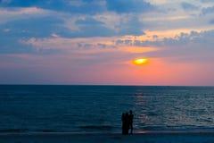 Silhueta da família em uma praia tropical Fotografia de Stock Royalty Free