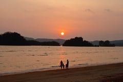 Silhueta da família feliz na praia Imagem de Stock Royalty Free
