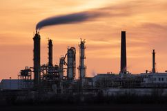 Silhueta da indústria petroleira, planta de Petrechemical - refinaria Imagens de Stock Royalty Free