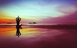 Silhueta da ioga imagens de stock royalty free