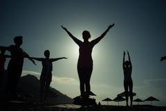 Silhueta da ioga no custo do mar e na montanha Turquia Fotos de Stock Royalty Free