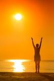 Silhueta da ioga praticando da mulher no por do sol Fotografia de Stock Royalty Free