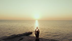 Silhueta da ioga praticando da mulher no monte sobre o mar no por do sol meditation Exercício da flexibilidade no fundo da nature video estoque