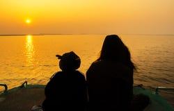 Silhueta da mãe e das crianças no por do sol Imagens de Stock Royalty Free
