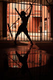 Silhueta da menina de dança na obscuridade Foto de Stock