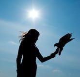 Silhueta da menina e do pássaro Imagens de Stock