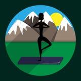 Silhueta da menina a ioga praticando na perspectiva das montanhas ilustração royalty free