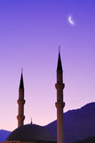 Silhueta da mesquita e da lua sobre o céu Foto de Stock Royalty Free