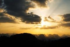 Silhueta da montanha e do fundo alaranjado do por do sol do verão Foto de Stock