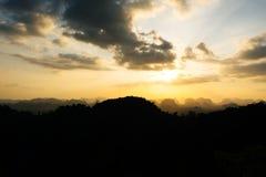 Silhueta da montanha e do fundo alaranjado do por do sol do verão Fotos de Stock