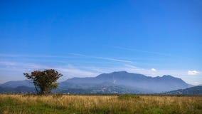 Silhueta da montanha sob o céu azul profundo Fotografia de Stock Royalty Free