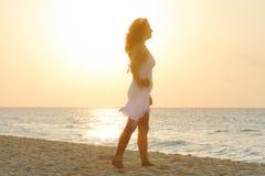 Silhueta da mulher bonita no nascer do sol Imagens de Stock