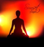Silhueta da mulher da ioga no por do sol Imagens de Stock Royalty Free