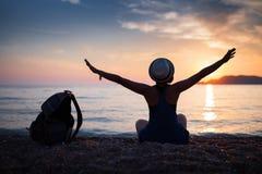 Silhueta da mulher na praia Imagem de Stock
