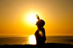 Silhueta da mulher no sol Imagens de Stock