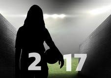 Silhueta da mulher que guarda a bola que forma o sinal 3D do ano 2017 novo Imagem de Stock