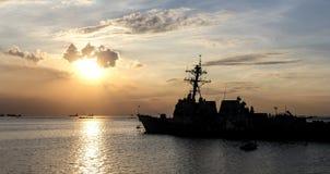 Silhueta da navio de guerra entrada no por do sol Imagens de Stock Royalty Free