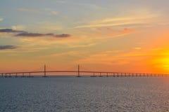 Silhueta da ponte de Skyway da luz do sol em Tampa Bay, Florida foto de stock royalty free