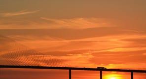 Silhueta da ponte de Skyway da luz do sol em Tampa Bay, Florida foto de stock