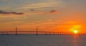 Silhueta da ponte de Skyway da luz do sol em Tampa Bay, Florida fotografia de stock