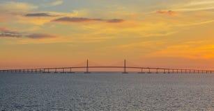 Silhueta da ponte de Skyway da luz do sol em Tampa Bay, Florida fotos de stock royalty free