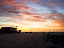 Silhueta da praia e do por do sol Fotos de Stock