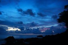 Silhueta da praia tropical no crepúsculo imagens de stock