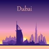 Silhueta da skyline de Dubai no fundo do por do sol Foto de Stock