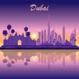 Silhueta da skyline de Dubai no fundo do por do sol Imagens de Stock Royalty Free