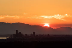 Silhueta da skyline de Seattle durante o por do sol dourado Foto de Stock Royalty Free