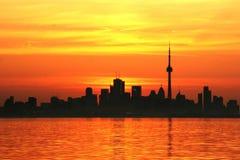 Silhueta da skyline do ` s de Toronto no nascer do sol foto de stock
