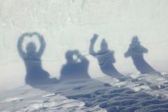 Silhueta da sombra dos amigos que tomam a foto do selfie Fotografia de Stock Royalty Free