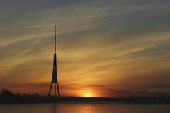 Silhueta da torre da tevê Fotos de Stock Royalty Free