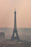 Silhueta da torre Eiffel no dia obscuro Fotos de Stock Royalty Free