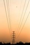 Silhueta da torre elétrica com airplan Fotografia de Stock