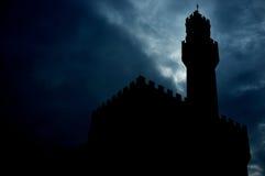Silhueta da torre na noite imagens de stock