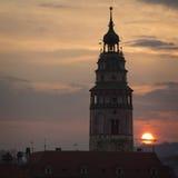 Silhueta da torre no alvorecer, Cesky Krumlov, República Checa Fotos de Stock