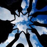 Silhueta das mãos que formam a rede de estrela fotografia de stock