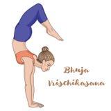 Silhueta das mulheres Pose da ioga do escorpião do equilíbrio do braço Bhuja Vrischikasana Foto de Stock