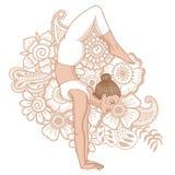 Silhueta das mulheres Pose da ioga do escorpião do equilíbrio do braço Bhuja Vrischikasana Imagem de Stock Royalty Free