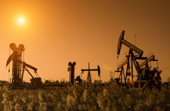 Silhueta das plataformas petrolíferas foto de stock