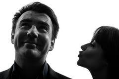 Silhueta de beijo do homem da mulher dos pares Fotografia de Stock Royalty Free