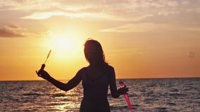 Silhueta de bolhas de sabão de sopro da mulher feliz na praia no por do sol bonito no movimento do slwo 1920x1080 video estoque