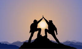 Silhueta de 2 homens, parte superior da montanha, por do sol Imagens de Stock