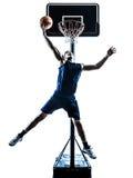 Silhueta de jogo de salto caucasiano do jogador de basquetebol do homem Imagens de Stock