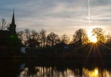 A silhueta de madeira velha da igreja refletiu na lagoa Raios de Sun no th Imagem de Stock