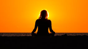 Silhueta de meditar a mulher Fotografia de Stock Royalty Free
