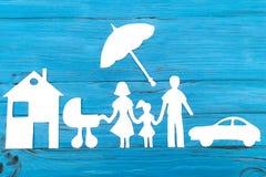 Silhueta de papel da família com o transporte de bebê sob o guarda-chuva Imagens de Stock