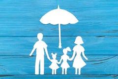 Silhueta de papel da família sob o guarda-chuva Imagem de Stock
